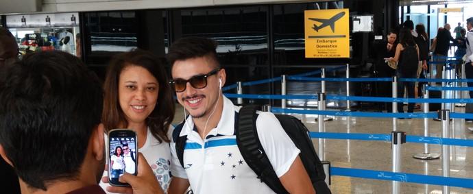 Willian, atacante do Cruzeiro, atende aos viajantes no aeroporto (Foto: Rafael Araújo)