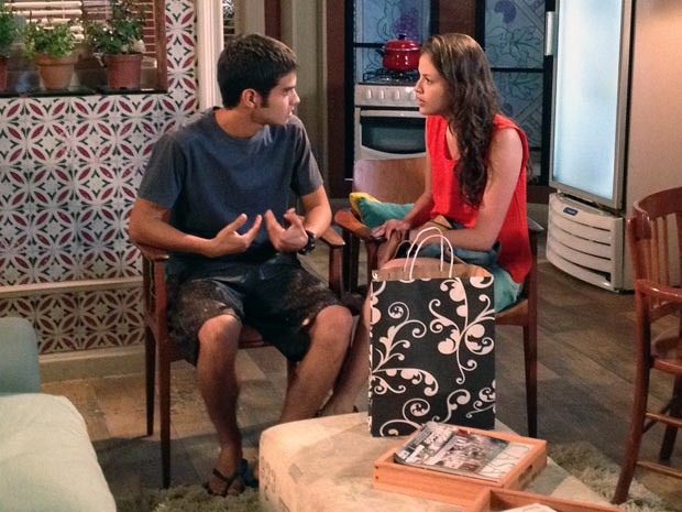 Gil fica perplexo ao receber a proposta de Ju (Foto: Malhação / TV Globo)