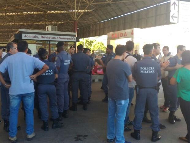 Alguns policiais militares são vistos na Rodoviária de Vitória (Foto: Katilaine Chagas/ A Gazeta)