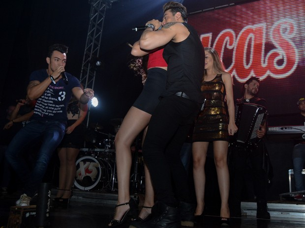 Lucas Lucco em clima de intimidade com fã (Foto: Caio Duran / AgNews)