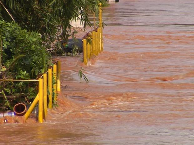 Rio Lençóis transbordou durante a chuva que atngiu a cidade (Foto: Reprodução / TV TEM)