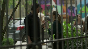 Ingrid diz a Malagueta que Sabine está com ciúmes dele