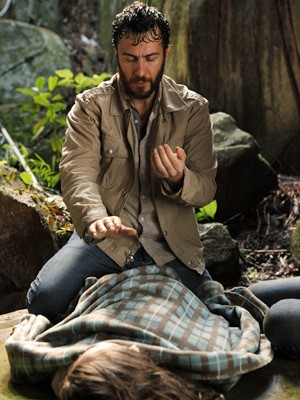 Rodrigo faz uma reza para ajudar Clara (Foto: Amor Eterno Amor / TV Globo)