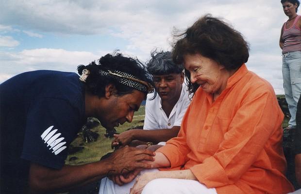 Os índios Airton Krenak e Kaká Werá fazem um ritual sagrado em Danielle Mitterrand, ex-primeira-dama francesa e morta em 2011 (Foto: Arquivo pessoal)