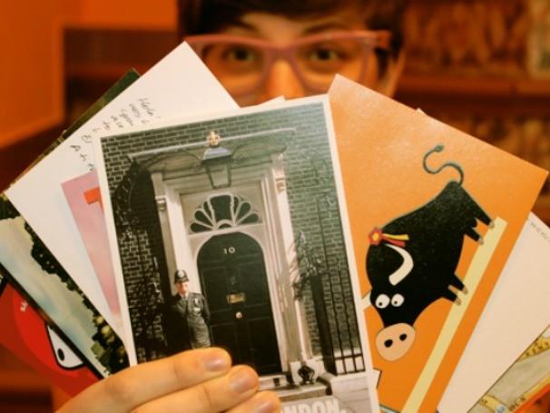 Morando em Madrid há 3 anos, Lais envia cartas e cartões para os amigos no Brasil