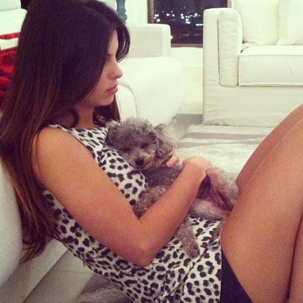 Sthefany Brito com seu cachorrinho de estimação (Foto: Instagram/ Reprodução)