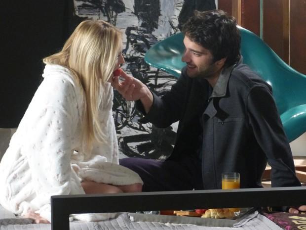 Muito fofo! Davi dá comida na boca de Megan (Foto: Geração Brasil/TV Globo)