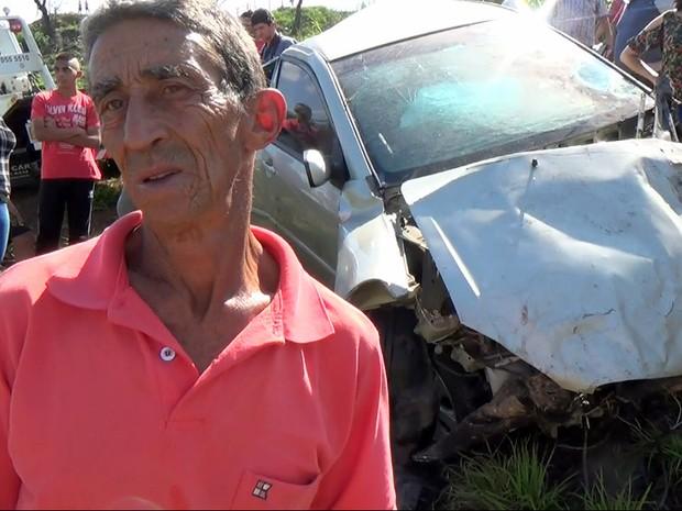 Caseiro Nelson Domingos ao lado do carro da modelo Aline Furlan (Foto: Wesley Justino/EPTV)