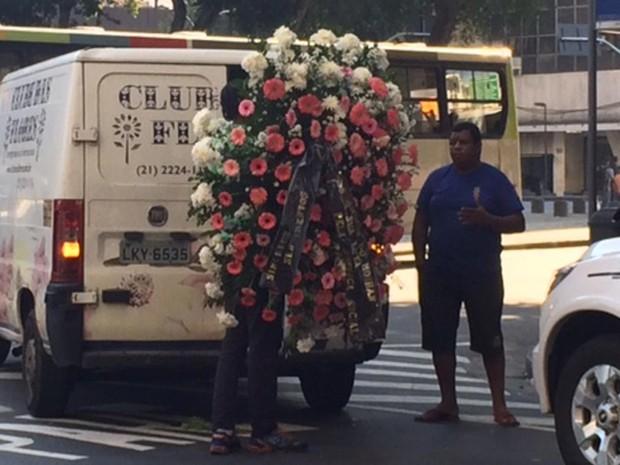 Primeira coroa de flores chegou por volta das 9h ao Teatro Carlos Gomes, onde corpo de Elke é velado (Foto: Alba Valéria Mendonça / G1)