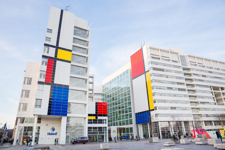 'A maior pintura de Piet Mondrian do mundo', instalada na fachada da prefeitura de Haia, na Holanda