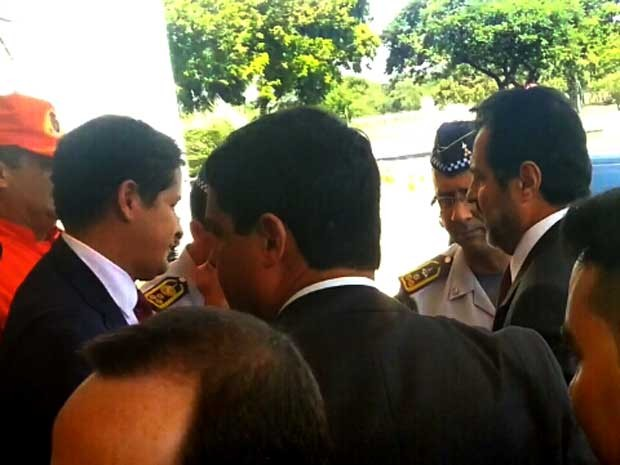 Com mais de meia-hora de atraso, governador Agnelo Queiroz (direita) chega à reunião de cúpula da área de segurança; ele foi recebido pelo secretário Sandro Avelar (esquerda)  (Foto: Raquel Morais/G1)