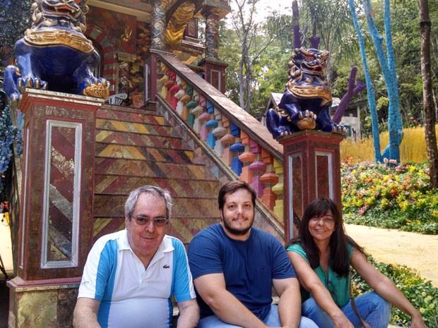 Benedito Ruy Barbosa, Marcos e Edilene posam na cidade cenográfica (Foto: Arquivo pessoal)