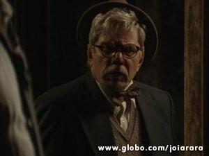 Venceslau não simpatiza nem um pouco com o noivo da filha (Foto: Joia Rara/ TV Globo)
