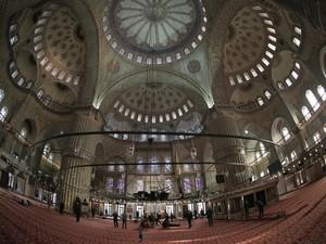 Interior da Sultanahmet Mosque, também conhecida como Mesquita Azul (Foto: AP Photo)