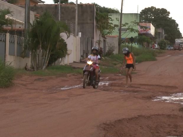 Segundo moradora, vários motociclistas já caíram na rua (Foto: Reprodução/ Rede Amazônica Cacoal)
