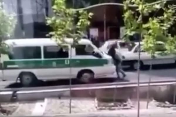 Jovem é atropelada pela polícia em Teerã (Foto: Reprodução/ My Stealthy Freedom)