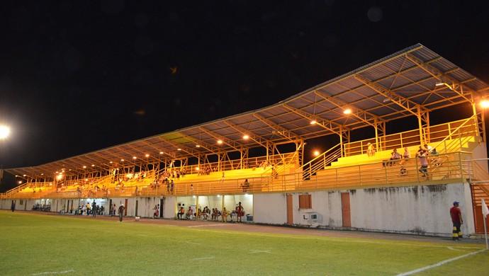 Poucos compareceram ao Ribeirão para o último jogo do Mundão na Série D (Foto: Nailson Wapichana)