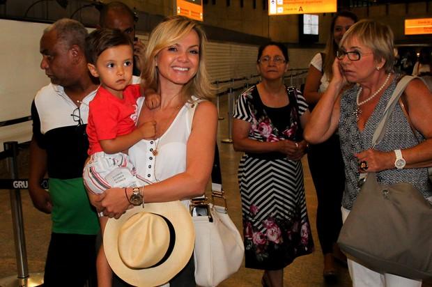 Eliana embarcando rumo à Salvador com o filho (Foto: Manuela Scarpa e Marcos Ribas/Photo Rio News)