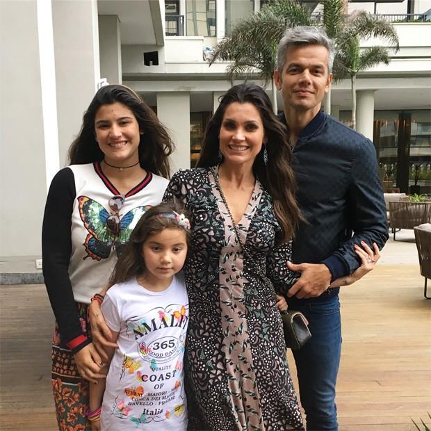 Otaviano com Flavia Alessandra e as filhas (Foto: Reprodução)