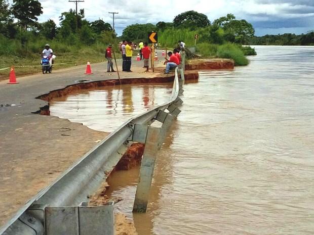 Pista de acesso ao porto de Rodrigues Alves desmoronou devido ação das águas (Foto: Orleildo Bussons/Arquivo Pessoal)