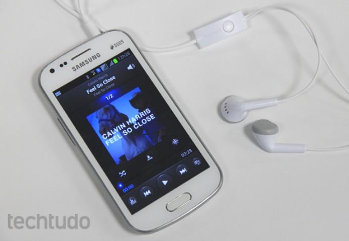 Galaxy S Duos tem fones de ouvido com boa qualidade e dois players nativos (Foto: Elson de Souza/TechTudo)