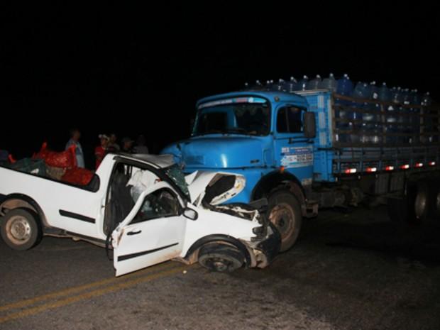 Colisão frontal entre caminhão e carro deixou uma pessoa morta e dois feridos na Bahia (Foto: Raimundo Mascarenhas / Calila Noticias)