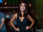 Juliana Paes investe em macacão decotado para ir a festa em São Paulo