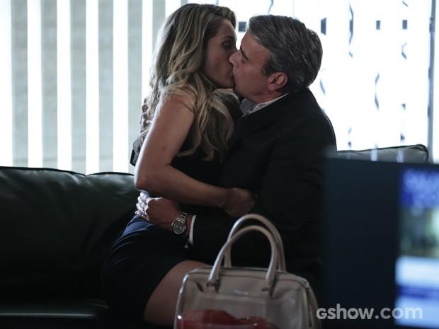 Heloísa e Thomaz tascam beijão! (Foto: Felipe Monteiro/TV Globo)