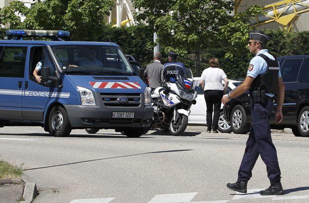 Policiais franceses cercam o acesso à área industrial de Saint-Quentin-Fallavier após um ataque contra uma usina no local nesta sexta-feira (26) (Foto: Emmanuel Foudrot/Reuters)