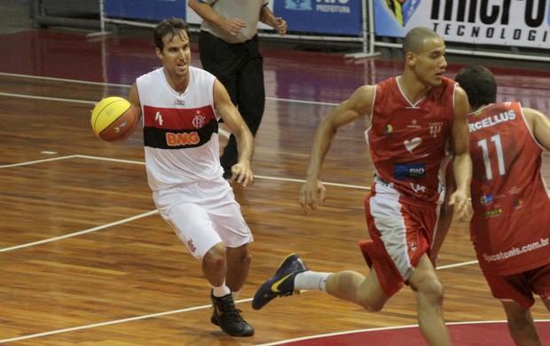 Capitão do time rubro-negro, Marcelinho foi o cestinha da partida, com 17 pontos (Foto: Fernando Azevedo / Divulgação)
