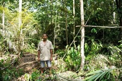 Morador da Flona em meio a área desmatada (Foto: Ministério Público Federal/Divulgação)