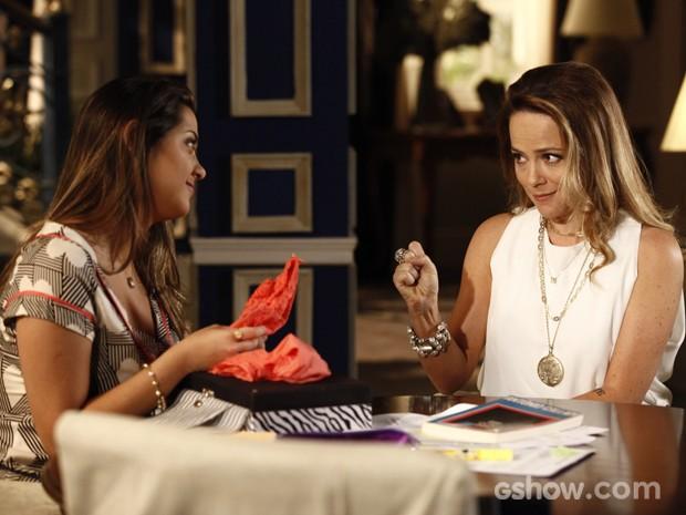 Shirley presenteia a filha com lingerie  (Foto: Inácio Moraes / TV Globo)