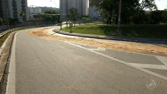 Vazamento de lubrificante em alça de acesso prejudica trânsito em Jundiaí
