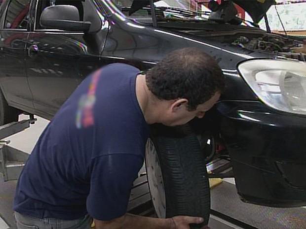 Mecânico afirma que problemas mais comuns acontecem nos pneus (Foto: Reprodução/TV TEM)
