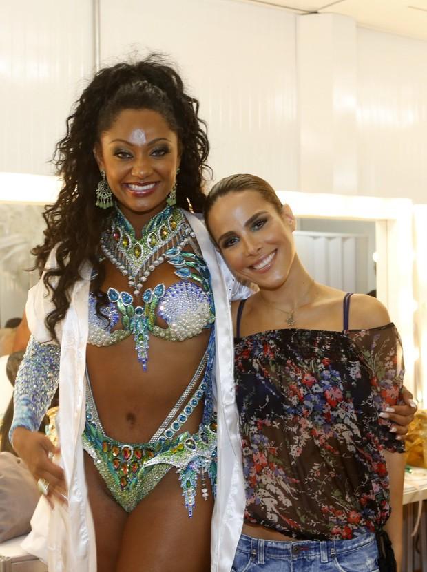 Wanessa e a rainha Camila Silva no camarim da Liesa (Foto: Marcos Serra Lima/EGO)