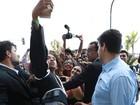 Jaden Smith é cercado por fãs ao deixar hotel no Rio