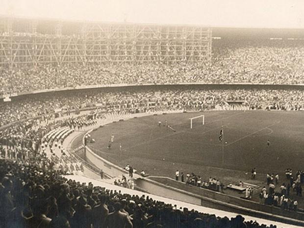 Andaimes seguravam a cobertura do Maracanã, em 1950 (Foto: Divugação / Suderj)