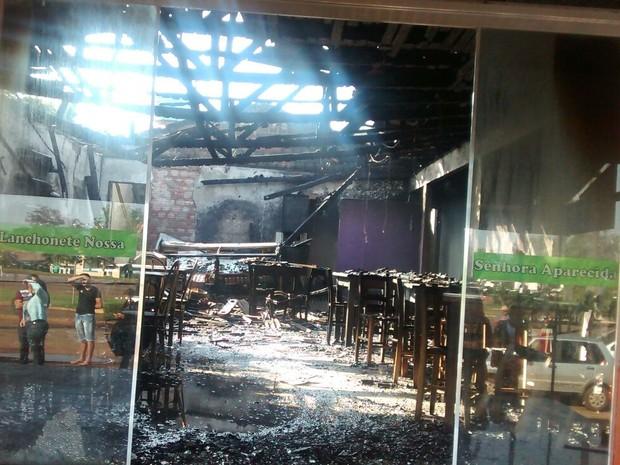 Interior de um dos restaurantes ficou completamente destruído (Foto: Nerci Ceriaco de Olivera Lopes)