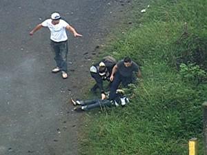 Fotógrafo cai depois de bomba ser jogada pela PM (Foto: Reprodução/TV Globo)