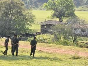 Militares do Exército monitoram indígenas (Foto: Gabriela Pavão/ G1MS)