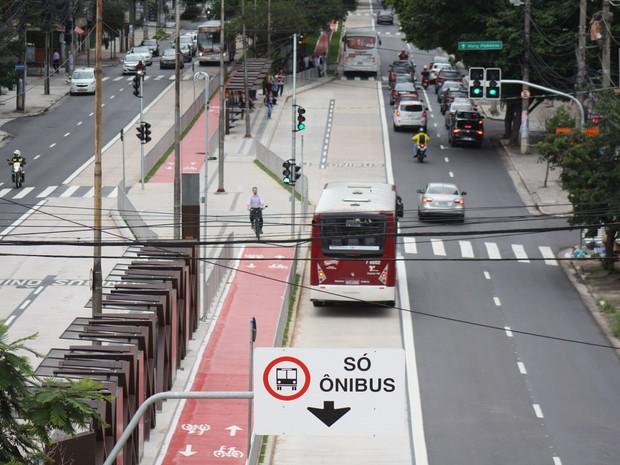 Um ônibus é visto no corredor de ônibus da avenida Engenheiro Luis Carlos Berrini, na zona sul de São Paulo, que começou a operar nesta segunda-feira (28) (Foto: Luiz Cláudio Barbosa/Código 19/Estadão Conteúdo)