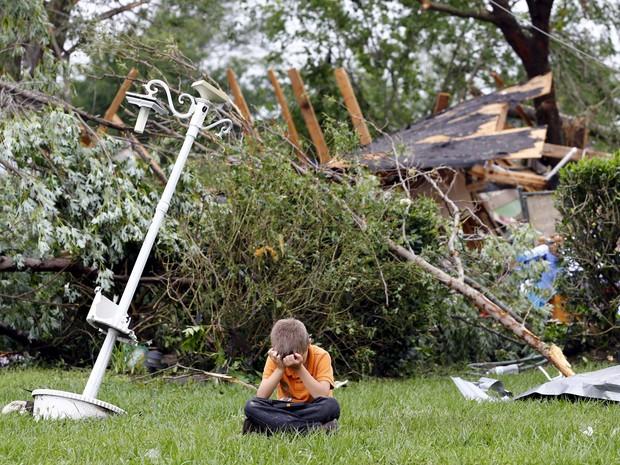 Charles Athrom, de 7 anos, chora em frente à sua casa destruída após passagem de tornado na cidade de Van, no estado americano do Texas (Foto: Mike Stone/Reuters)