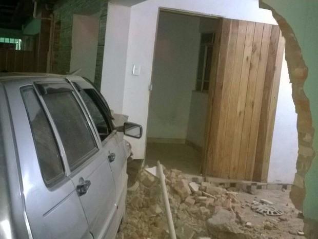 Carro só parou quando bateu em uma casa.  (Foto: Ricardo Coelho)