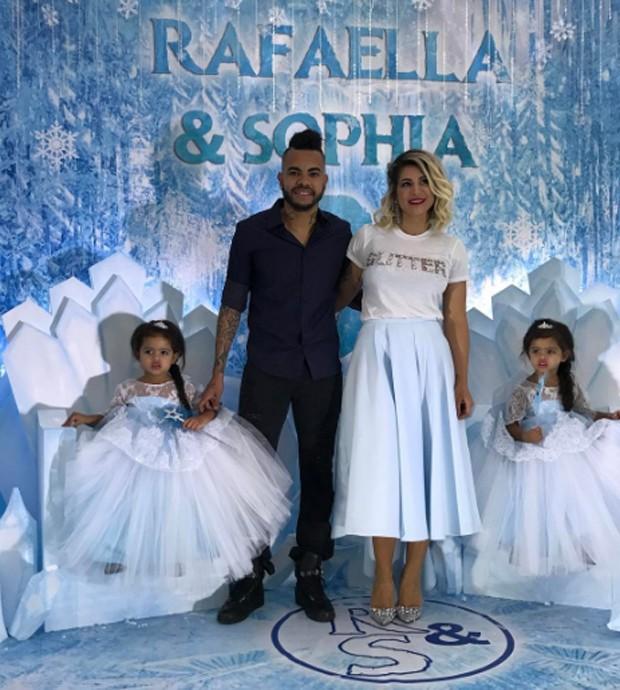 Dentinho, Dani Souza e as filhas, Rafaella e Sophia (Foto: Reprodução/Instagram)