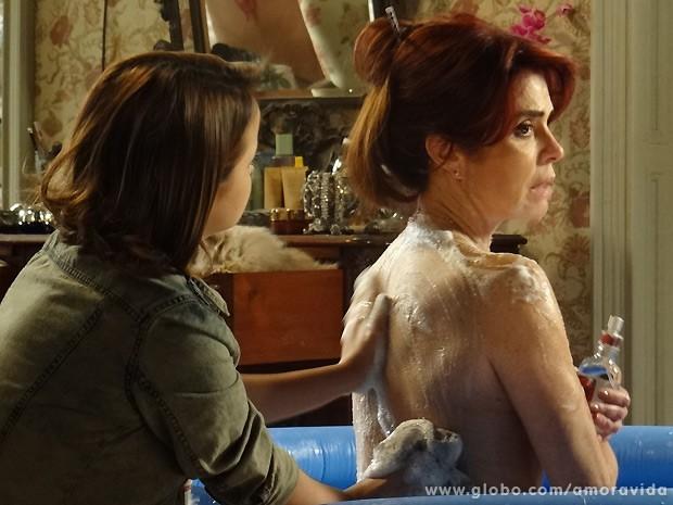 Depois de torrar toda a grana, Gigi tem que tomar banho de bacia e canequinha (Foto: Amor à Vida / TV Globo)