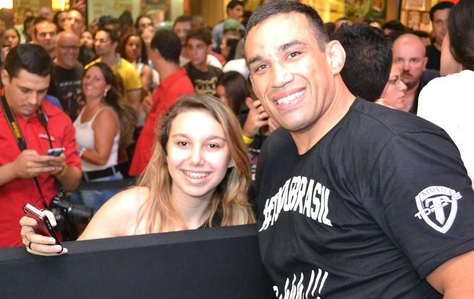 Patricia Matte e Fabricio Werdum sessão de autógrafos UFC Porto Alegre (Foto: Marcelo Barone)