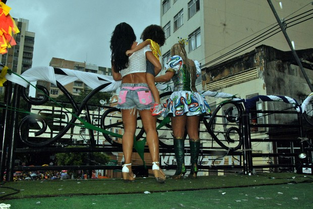 Carla Perez, Scheila Carvalho e a filha em Salvador (Foto: Marcelo Machado/Ag Haack)