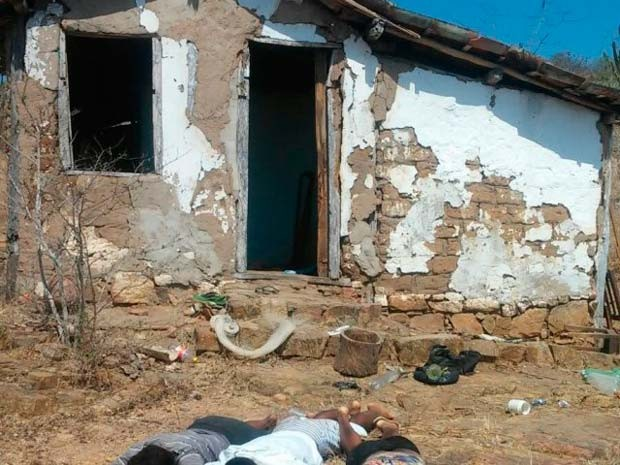 Frente da casa onde os corpos foram encontrados no município de Serra Preta (Foto: Aldo Matos/ Acorda Cidade)