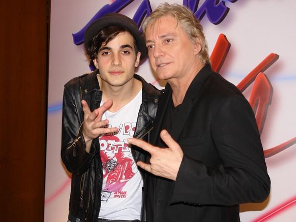"""O cantor com um dos filhos, Fiuk, em seu último trabalho como ator, no especial Tal pai, tal filho, de 2010: """" (Foto: Reprodução/ TV Globo)"""