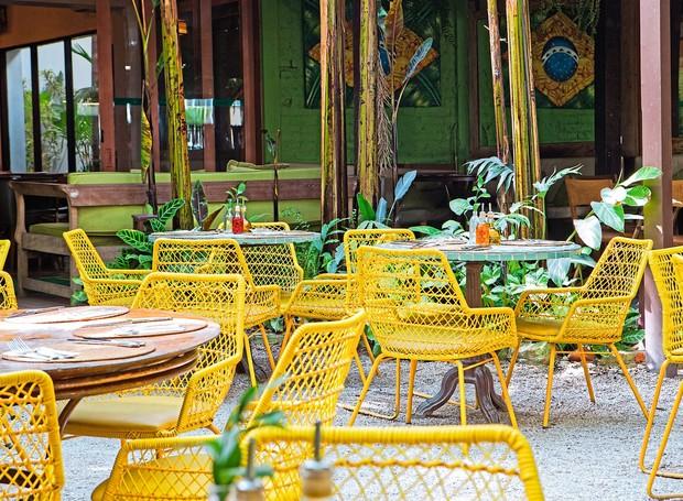 Uma das duas áreas externas do restaurante Capim Santo, instalado num casarão no bairro dos Jardins, em São Paulo: clima praiano na cidade (Foto: Lufe Gomes / Editora Globo)